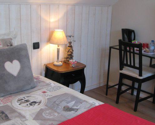 grand-lit-bureau-chambre-bretillienne-le-clos-de-la-roche-goven-ille-et-vilaine-bretagne